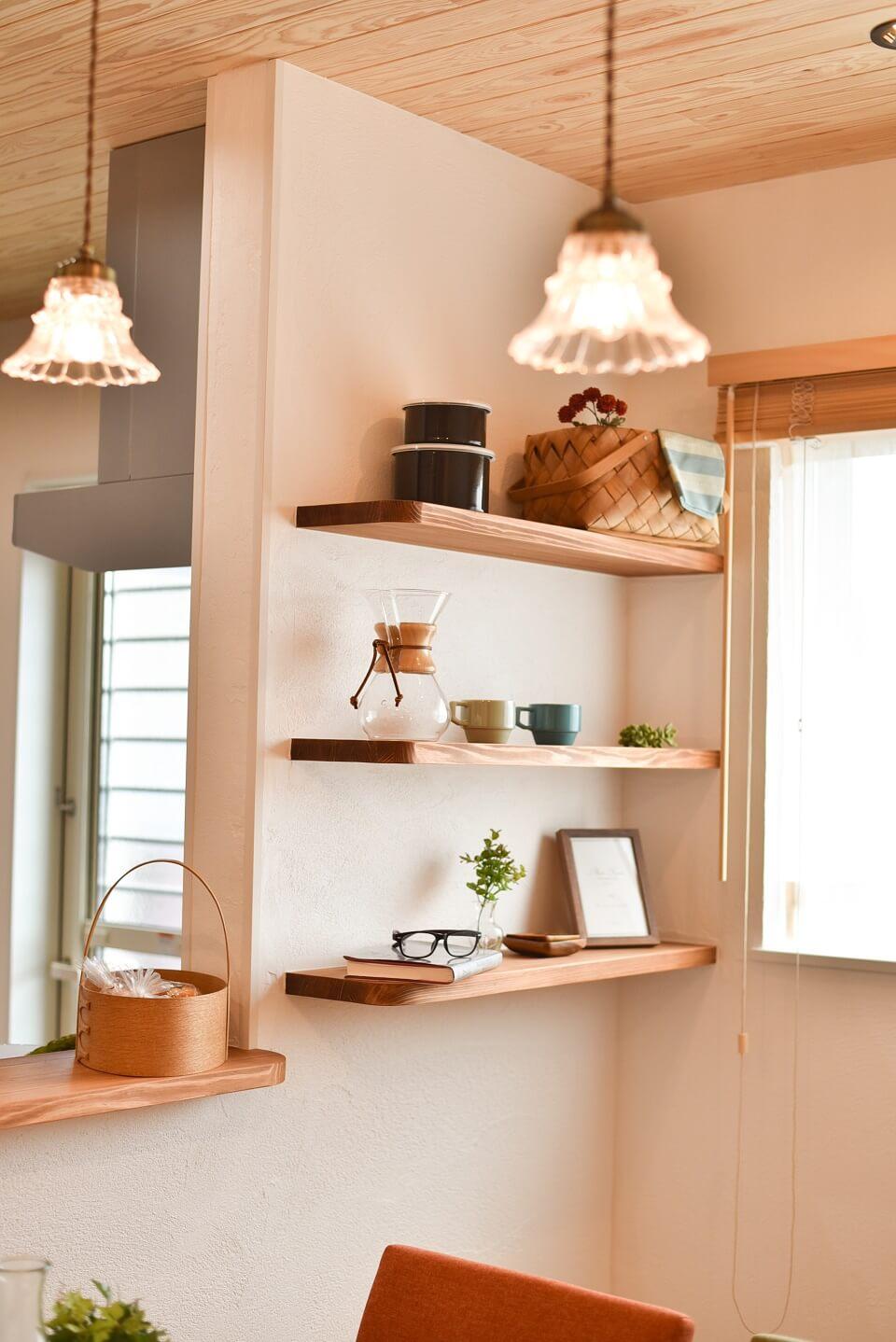 対面キッチンの壁に、ちょっとした造作棚を